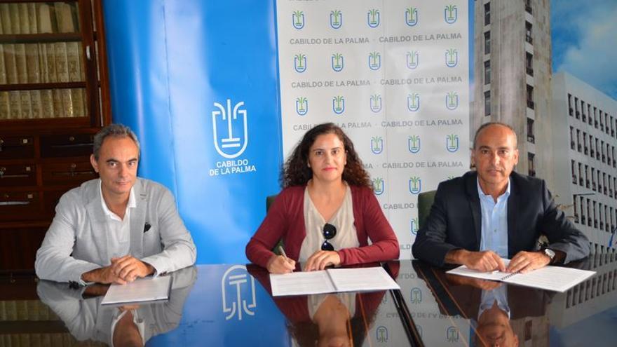 Jovita Monterrey Yanes, consejera insular Asuntos Sociales, firmó la renovación del convenio con Cruz Roja.