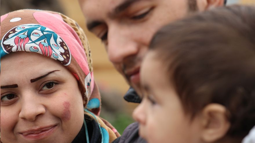 Familia siria formada por Fadi, Zoozan y su hijo. | Carlos Escaño y Jaime Rodríguez