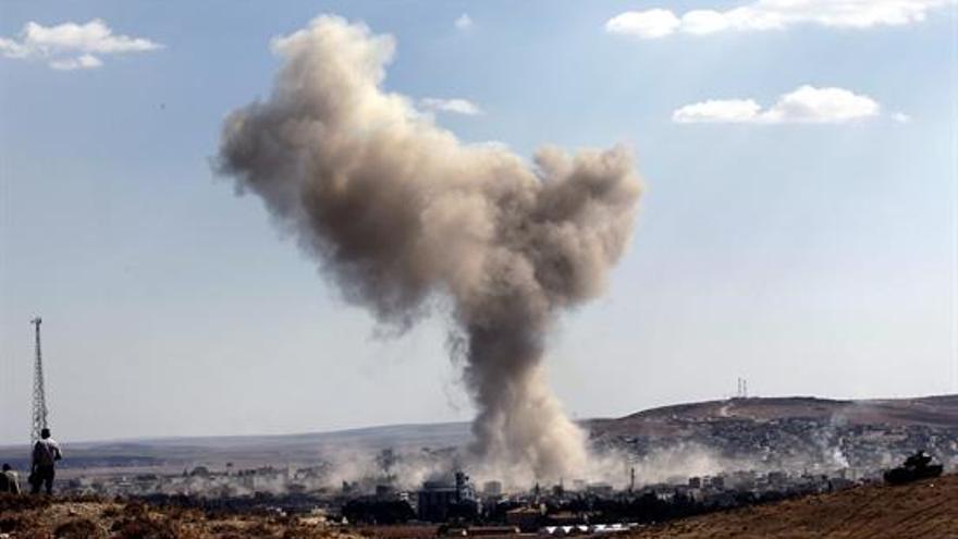 Una columna de humo tras un bombardeo aéreo en el norte de Siria. EFE/Archivo
