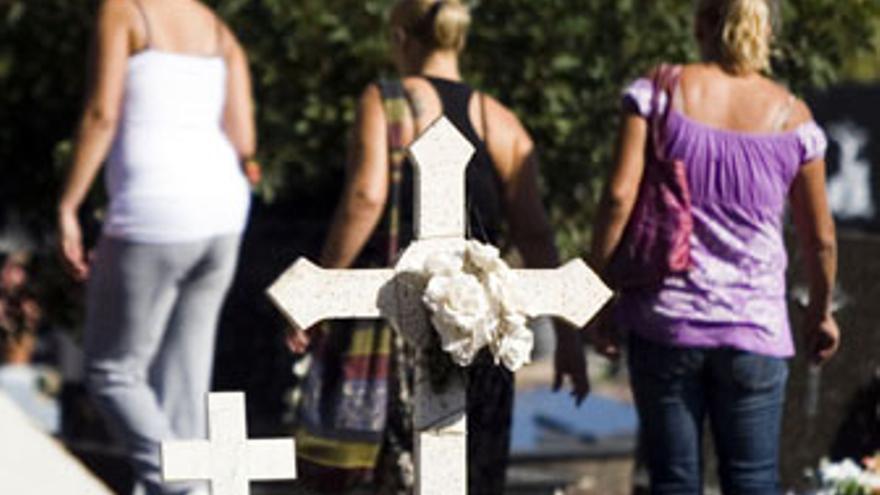 Tumba ornamentada con flores en el cementerio de Vegueta, este sábado. (ACN / V3S/ J.C.G.)