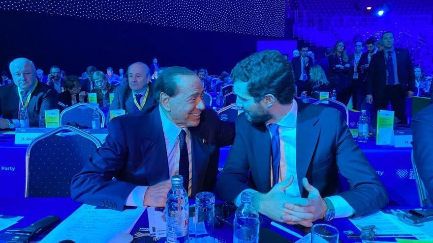 Silvio Berlusconi y Pablo Casado, en el congreso del PPE en Zagreb, el 21 de noviembre de 2019.