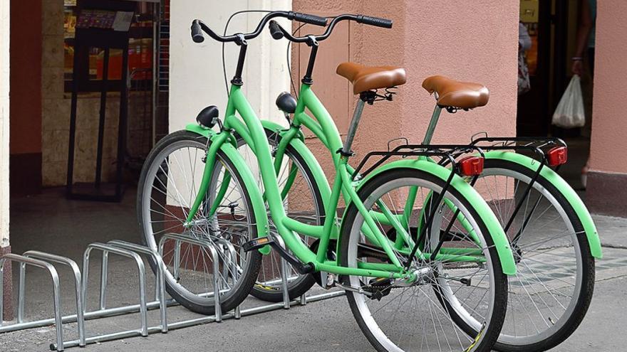 Bicicletas aparcadas en la calle. (DP).