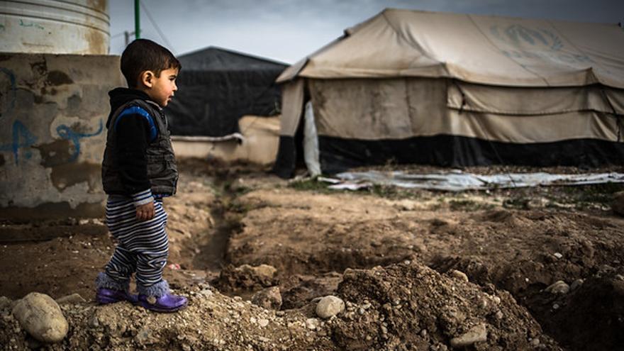 Un niño caminando en el campamento de Hamam al Alil.