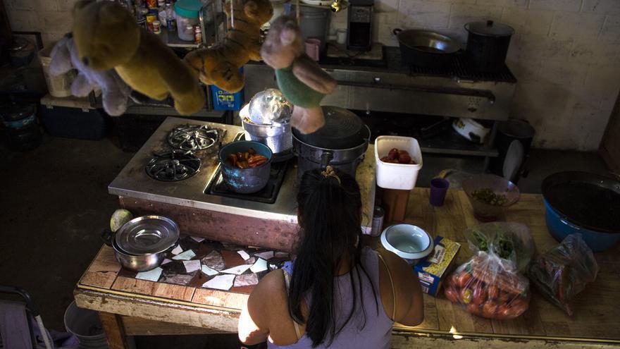 Elizabeth prepara la comida para sus compañeros de albergue / Foto: J.P. Martínez
