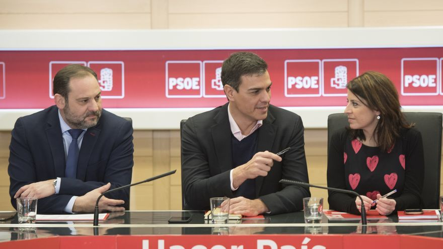 Pedro Sánchez junto a José Luis Ábalos y Adriana Lastra en una reunión de la Ejecutiva del PSOE.