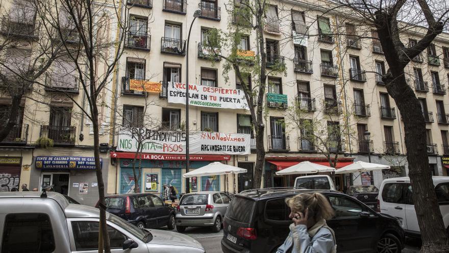 Fachada del edificio de Argumosa, 11 con los carteles denunciando la situación de los vecinos. / Olmo Calvo
