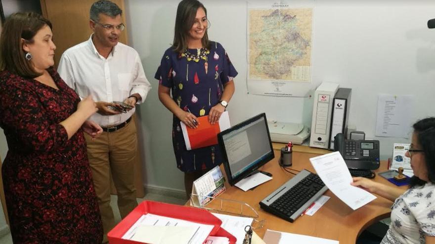 El equipo de Fernández Vara presenta los avales