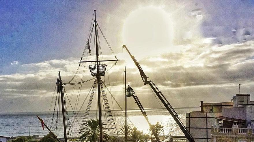Un momento de la retirada del trinquete del Barco de la Virgen que se realiza en la mañana este lunes. Foto: JOSÉ A. AROZENA.
