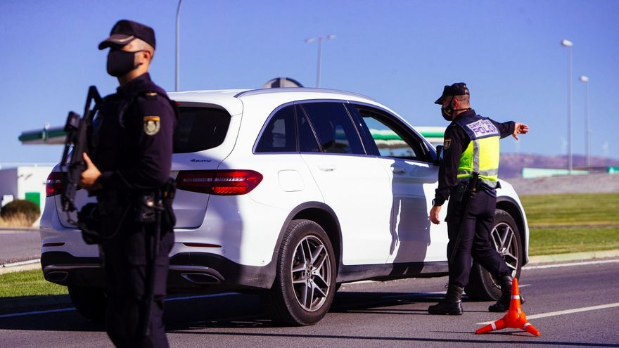 Agentes del cuerpo de Policía Nacional realizan un control en una autovía durante un cierre perimetral. EFE/Jorge Zapata/Archivo