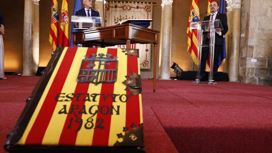 A la derecha, Javier Lambán en el acto de toma de posesión como presidente de Aragón