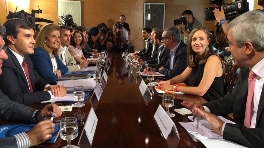 Los equipos negociadores de PP y Ciudadanos en la reunión de este lunes / Foto:PP