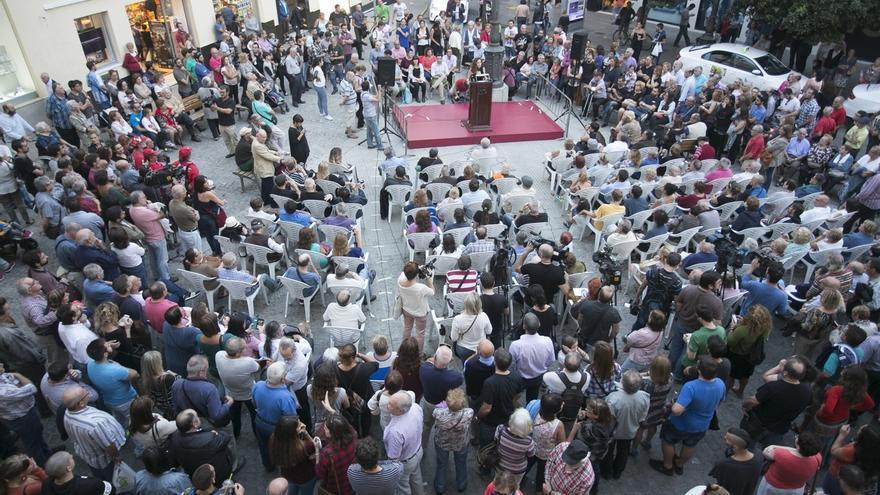 El alcalde explica las principales líneas de trabajo en una asamblea en la calle ante unas 300 personas