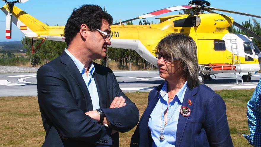 Fernández-Couto, ante un helicóptero de extinción con la que en 2012 era conselleira de Medio Rural y Mar, Rosa Quintana