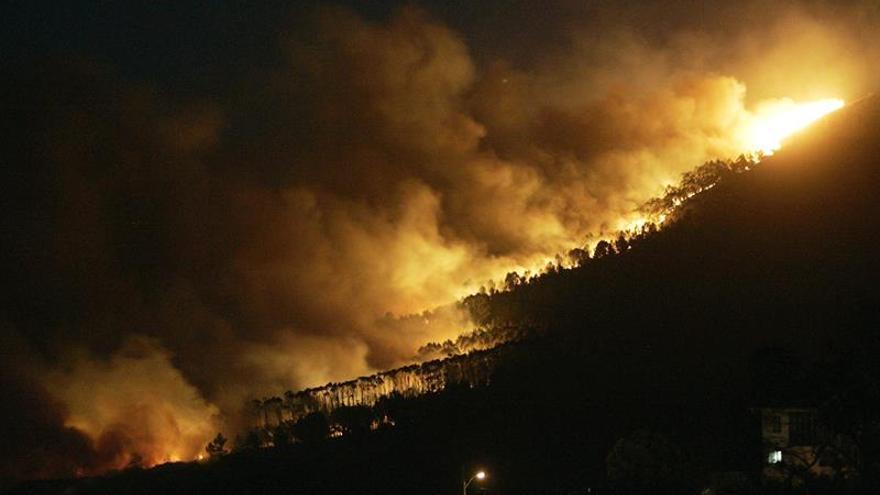 Bajo control, aunque activo, el incendio que alcanzó la costa de Ferrol