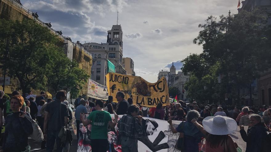 Los manifestantes subiendo la calle Alcalá hacia la Puerta del Sol.