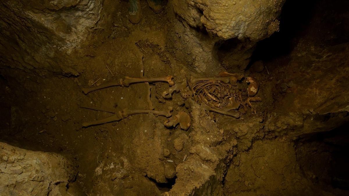 Restos del 'hombre de Loizu' hallados en el interior de una cueva de Navarra