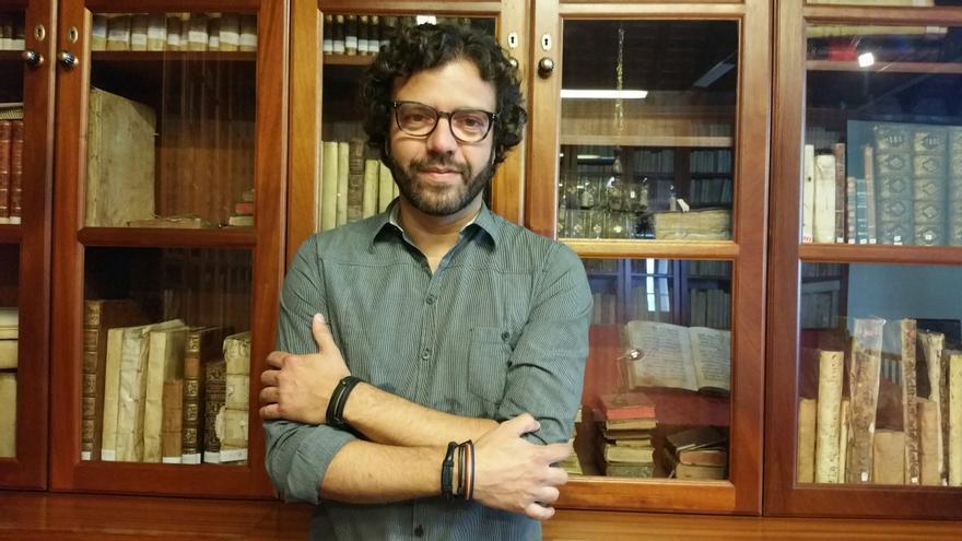 Ramón Betancor es escritor, periodista y música. Foto: LUZ RODRÍGUEZ.