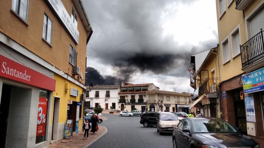 Seseña bajo la nube negra del incendio de neumáticos