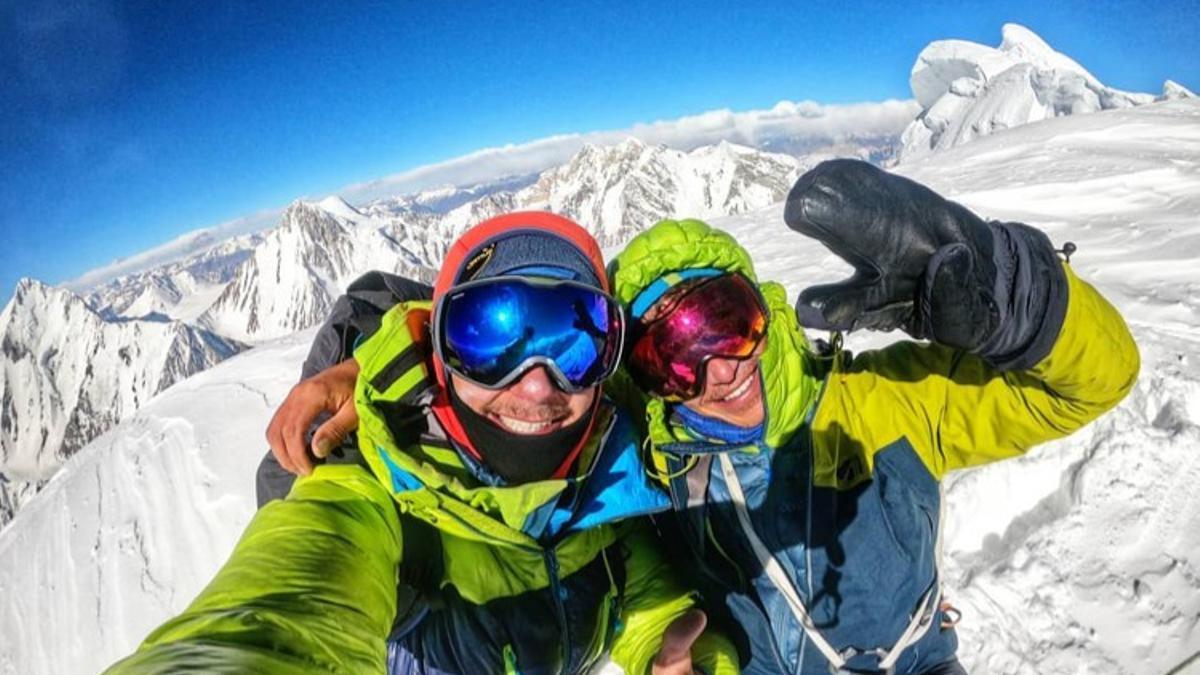 Pierrick Fine y Symon Welfringer en la cima del Sani Pakkush (6.952 metros).