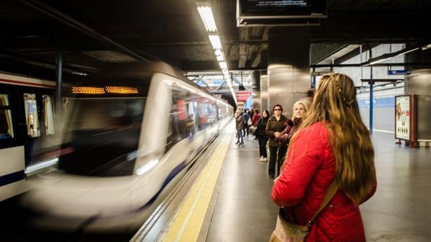 Las mujeres usan más el transporte público que los hombres y sufren más violencia en él.