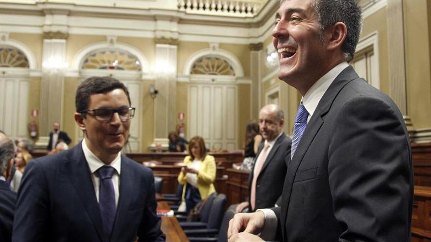 El presidente del Gobierno de Canarias, Fernando Clavijo(d), y el vicepresidente y consejero de Infraestructuras, Obras Públicas y Transportes, Pablo Rodríguez