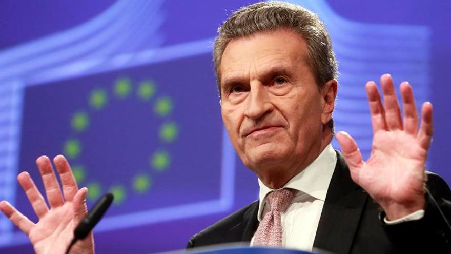 El comisario Oettinger avanza que habrá recortes en la PAC y los fondos de cohesión