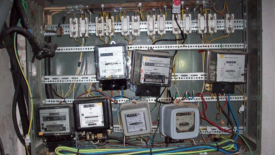 Cuadro con contadores de electricidad en un edificio