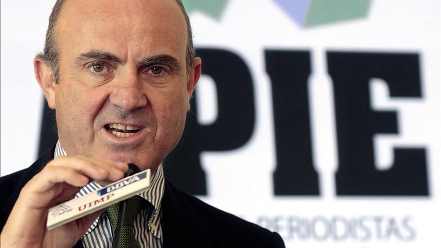 De Guindos dice que la economía crece entre el 3,5 % y el 4 por ciento hasta junio