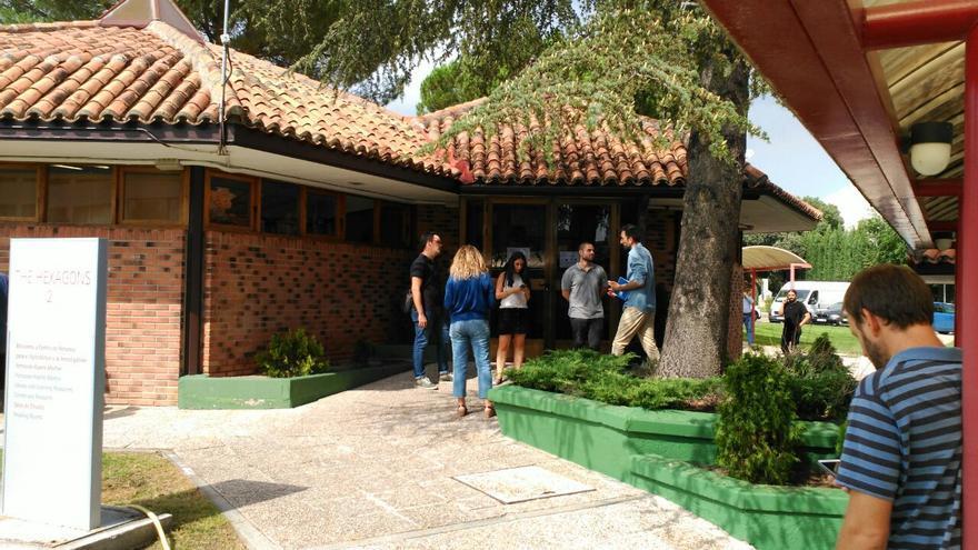Un grupo de periodistas a las puertas de la biblioteca de la Universidad Camilo José Cela, este miércoles.