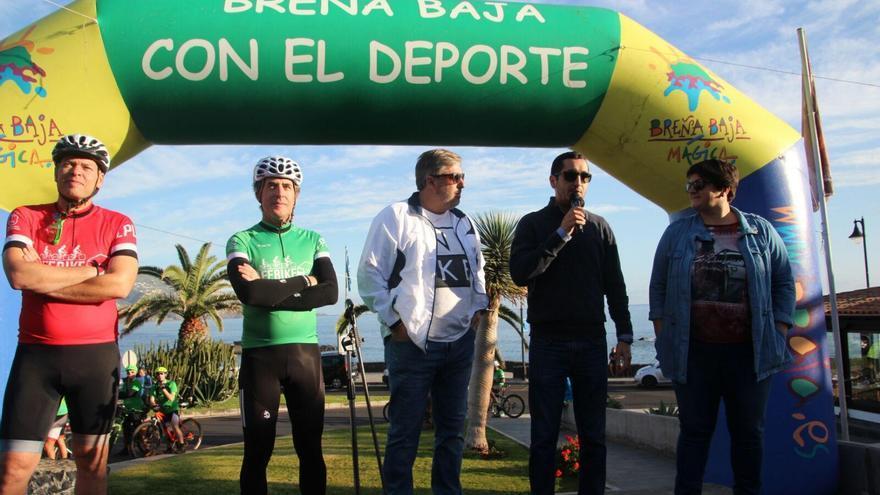 Perido delgado, este domingo, en Los Cancajos, en en la salida de la Safe Bike La Palma, con el consejero de Infraestructuras del Cabildo, Jorge González; el alcalde de Breña Baja, Borja Pérez, y la consejera de Deportes,  Ascensión Rodríguez. Foto: JOSÉ AYUT.