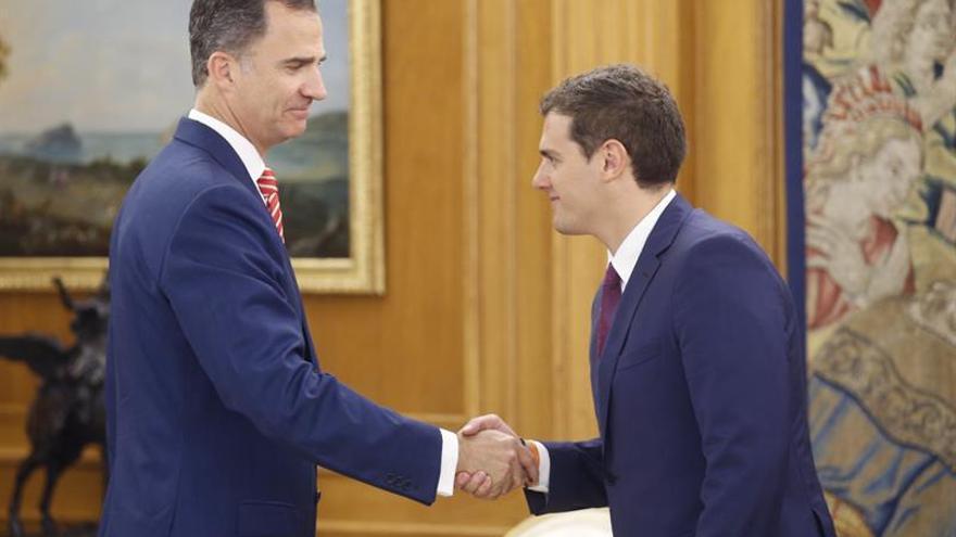Albert Rivera saluda al rey a su llegada al Palacio de la Zarzuela.