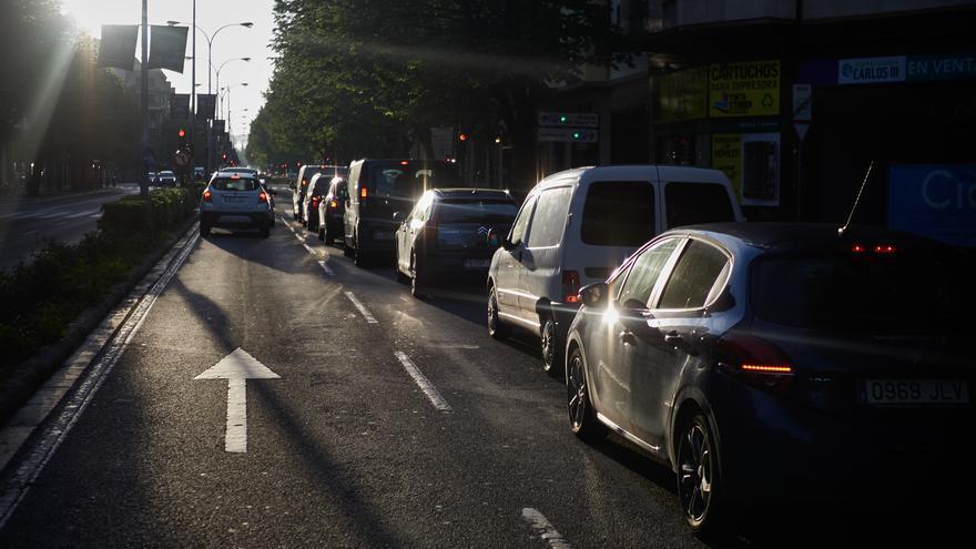 Archivo - Varios coches en una calle de Pamplona