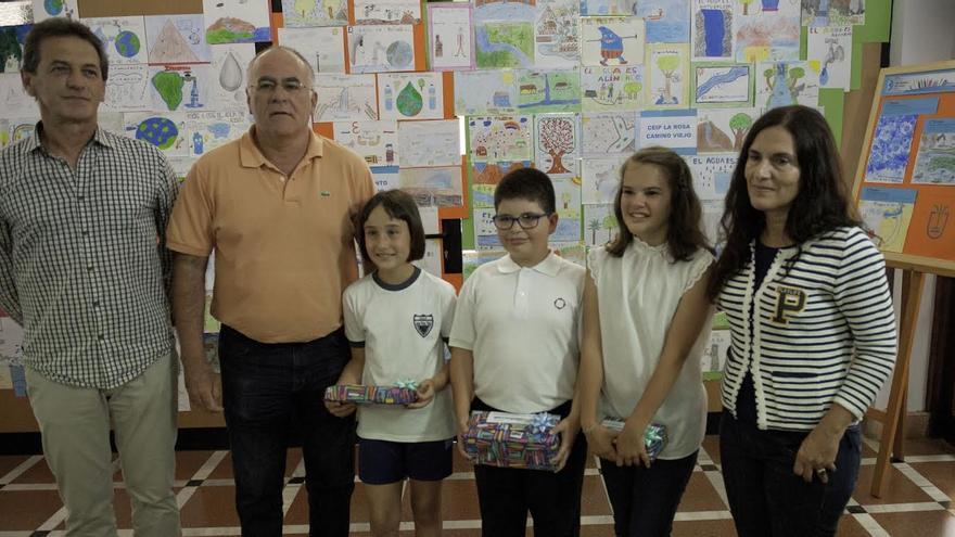 En la imagen, el vicepresidente del Cabildo (segundo por la izquierda), con los escolares premiados, la gerente de Consejo Insular de Aguas y el director del CEIP Princesa Arecida de Villa de Mazo.