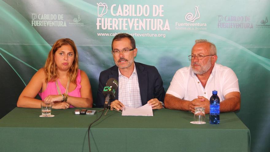 La viceconsejera de Políticas Sociales y Vivienda del Gobierno de Canarias, Isabel Mena, el presidente del Cabildo de Fuerteventura, Marcial Morales, y al alcalde de Betancuria, Marcelino Cerdeña (CABILDO DE FUERTEVENTURA)