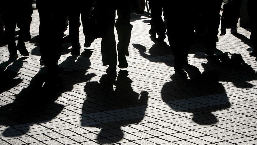 Imagen de las siluetas de unos ejecutivos  en el centro de Tokio, Japón.