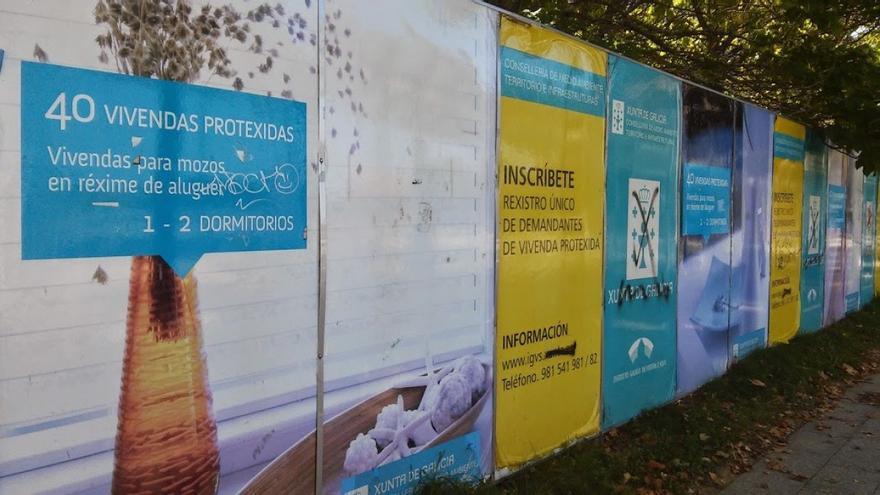 Vallas instaladas en la calle compostelana de Xoán XXIII