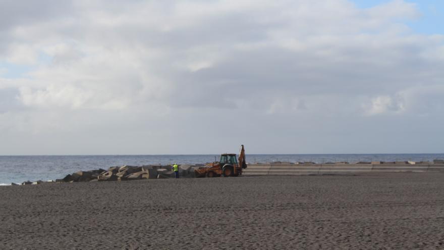 Labores de mantenimiento en la playa de Santa Cruz de La Palma.