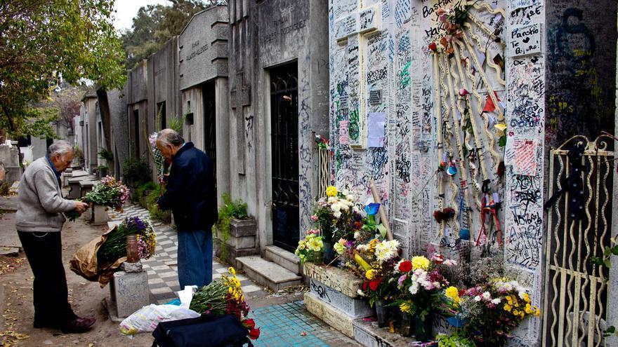 Cientos de mensajes de agradecimiento adornan la tumba de una de las animitas del Cementerio de Santiago de Chile.