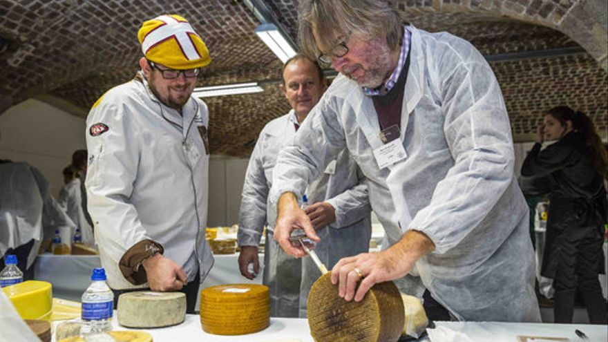 El jurado en un momento de la cata de quesos