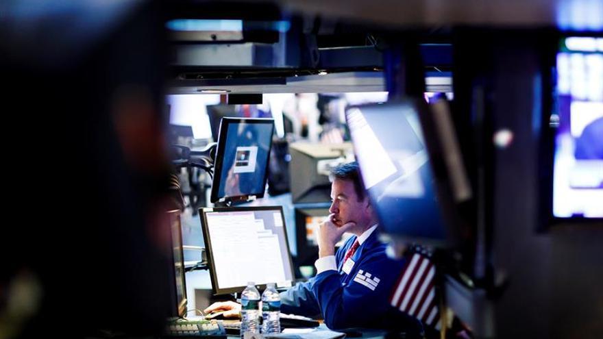 Agentes de Bolsa realizan su trabajo en el parqué de Nueva York, Estados Unidos.