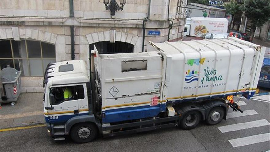 Camión de la empresa de limpieza de Santander.