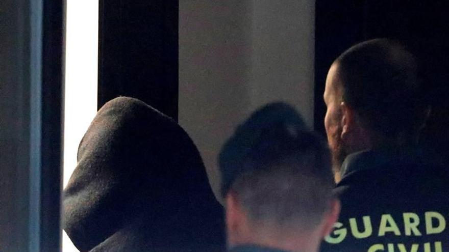 José Enrique Abuín entra en el juzgado custodiado por la Guardia Civil