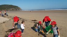 Voluntarios recogen residuos en la playa de Berria (Santoña)