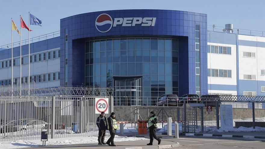 Vista exterior de una fábrica de Pepsico en Domodedovo, a las afueras de Moscú (Rusia).