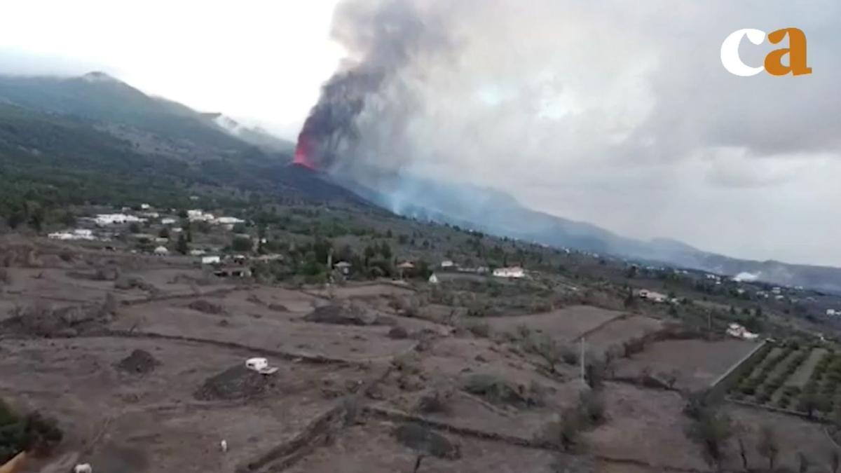 El volcán de La Palma escupe fuego, cenizas y gases