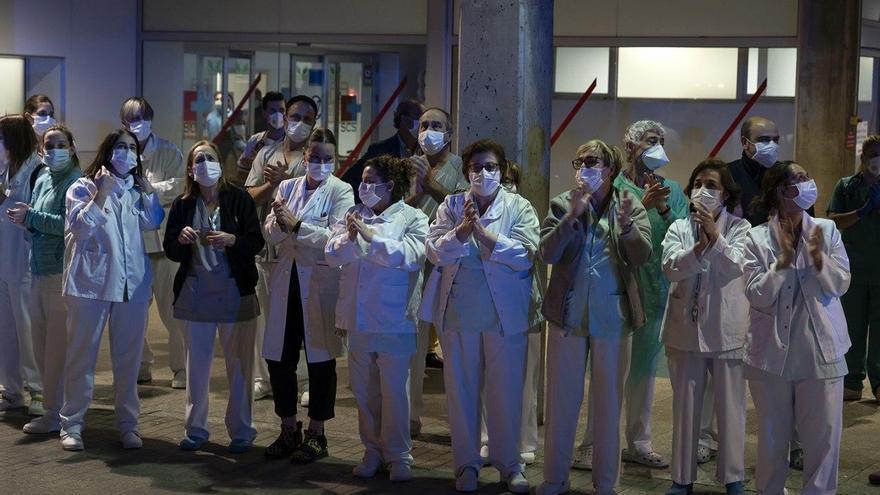 Personal sanitario de Valdecilla aplaudiendo | JOAQUÍN GÓMEZ SASTRE