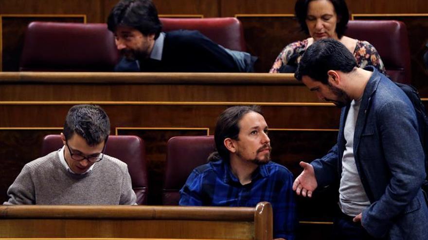 Alberto Garzón y Pablo Iglesias conversan en el Congreso.