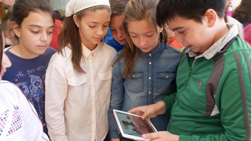 Foto María Iglesias 3: Alumnos de 5º de Primaria del CEIP Huerta Retiro miran en la tablet de la niña siria Aber con el dibujo/mensaje que les ha mandado por mail.