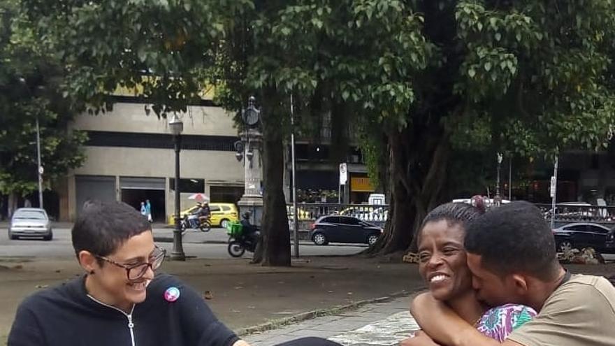 Carmen –acompañada por su hijo y por Fernanda Maia– es una de las mujeres en situación de calle protagonistas de 'Rua Vermelha'.
