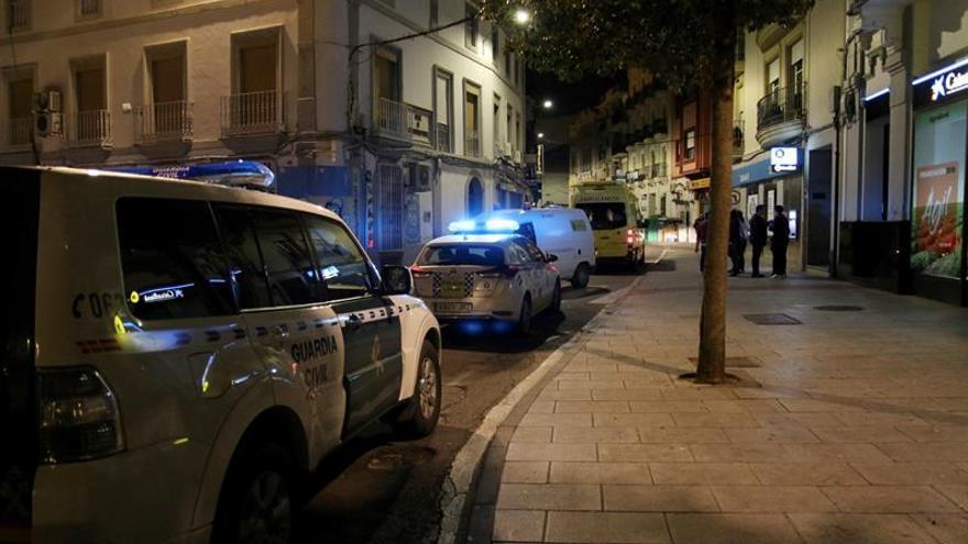 Operativo de emergencias en Don Benito tras el apuñalamiento de un guardia civil.